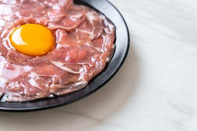 Vers gesneden varkensvlees rauw met ei Premium Foto