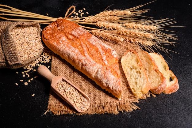 Vers geurig brood met korrels en kegels Premium Foto