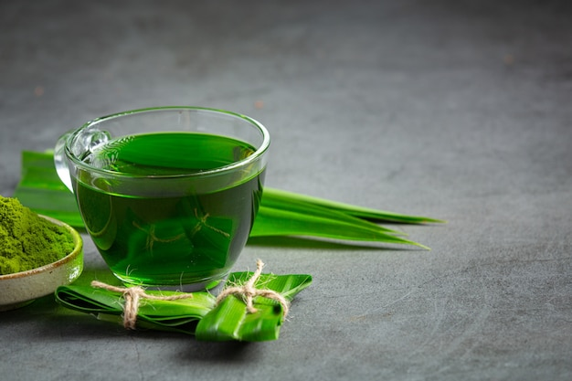 Vers groen pandanblad op lijst Gratis Foto