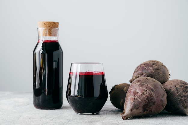 Vers helder bietensap in glazen fles Premium Foto