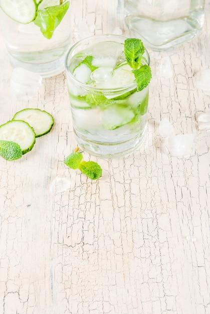 Vers ijsdrankje, munt en komkommer doordrenkt met water, gezonde detox mojito-cocktail Premium Foto