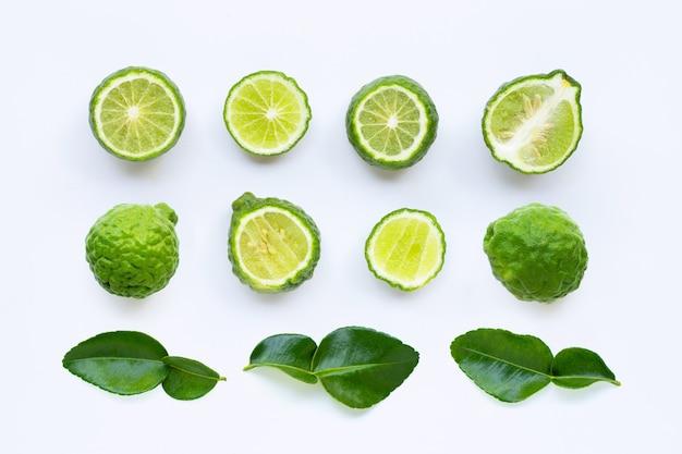 Vers kaffirkalk of bergamotfruit met bladeren die op wit worden geïsoleerd Premium Foto