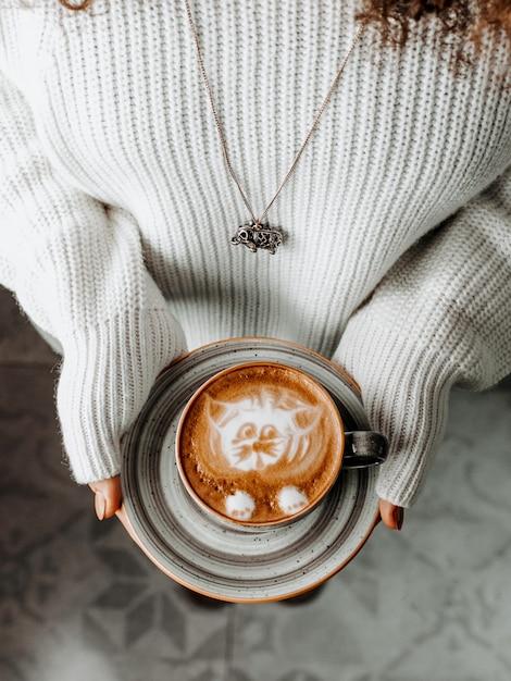 Vers kopje koffie in vrouwenpalmen Gratis Foto
