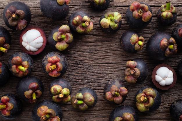 Vers mangostanfruit met kader op houten lijst. Premium Foto