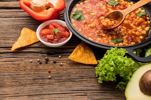 Vers mexicaans eten met dip op tafel Gratis Foto