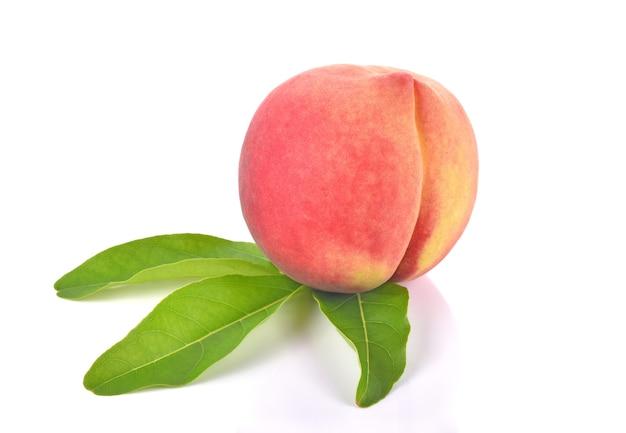 Vers perzikfruit op witte achtergrond Premium Foto