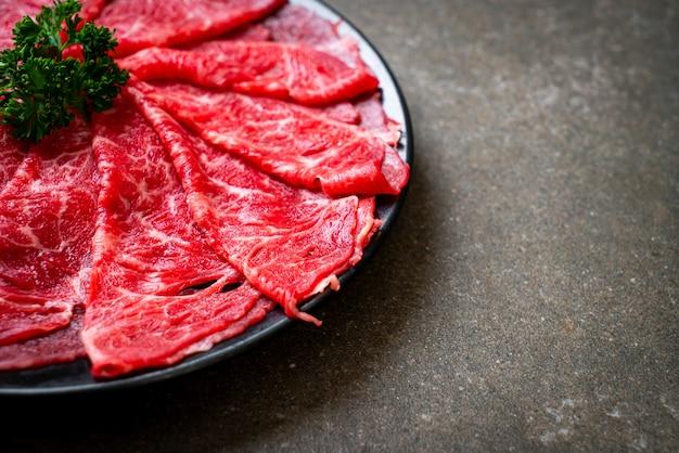 Vers rundvlees rauw gesneden met marmer textuur Premium Foto