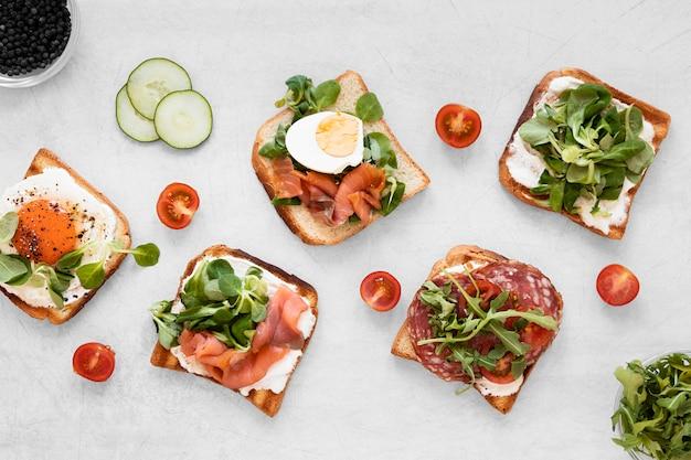 Vers sandwichesassortiment op witte achtergrond Gratis Foto
