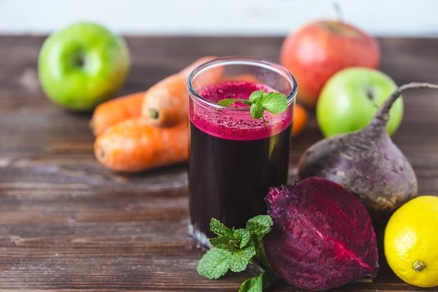 Vers sap van zelfgemaakte groenten Premium Foto