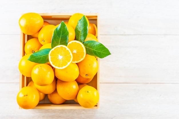 Vers sinaasappelenfruit op lijst Gratis Foto
