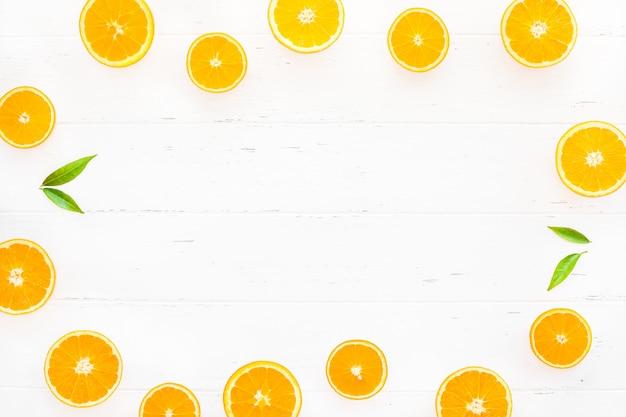 Vers sinaasappelkader op witte achtergrond Premium Foto