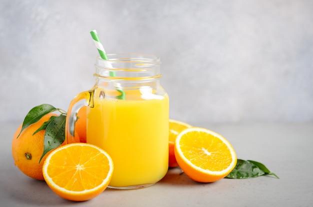 Vers sinaasappelsap in een pot. Premium Foto