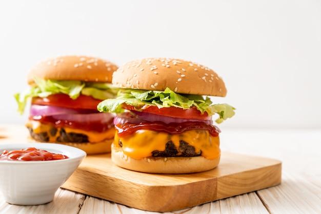 Vers smakelijke rundvlees hamburger met kaas en ketchup Premium Foto