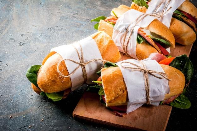 Vers stokbrood sandwich met spek, kaas, tomaten en spinazie Premium Foto