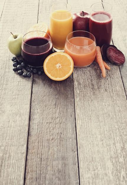 Vers vruchtensap en fruit Gratis Foto