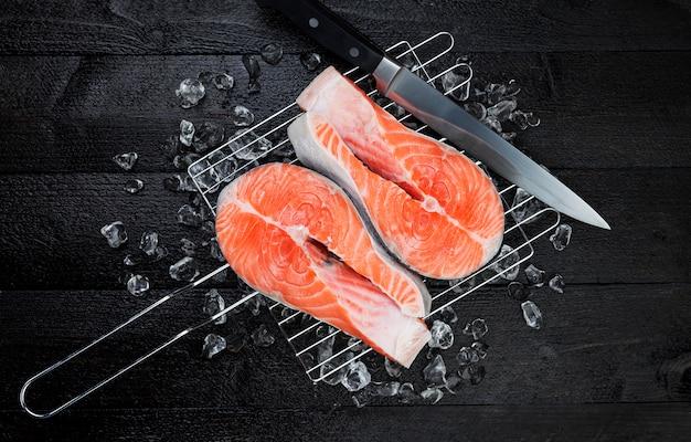 Vers zalmlapje vlees op zwarte achtergrond, hoogste mening Premium Foto