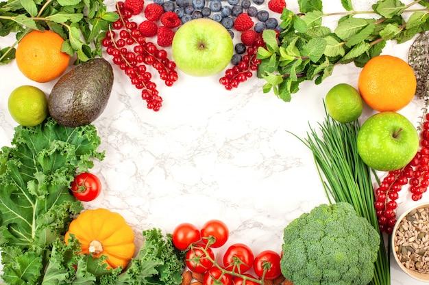 Verscheidenheid aan kleurrijke groenten en fruit Premium Foto
