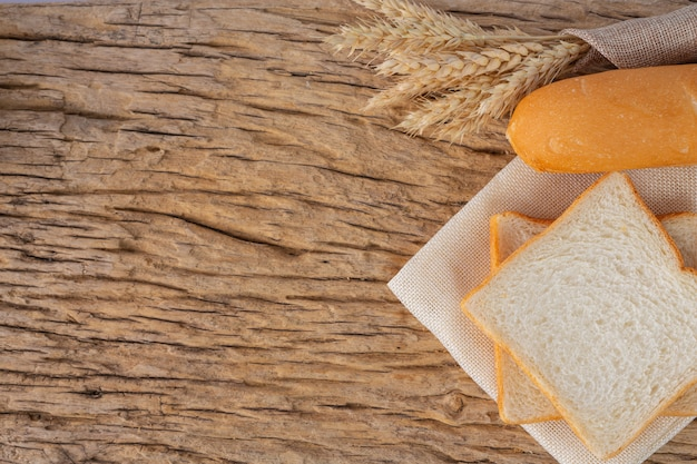 Verscheidenheid van brood op houten tafel op een oude houten achtergrond. Gratis Foto