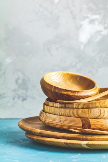 Verscheidenheid van houten kom, houten lepels voor salade Premium Foto