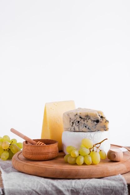 Verscheidenheid van kaas en snacks op een tafel Gratis Foto