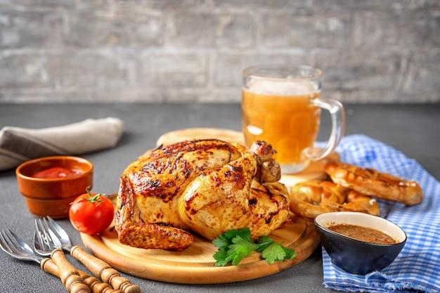 Verscheidenheid van meest oktoberfest voedsel op rustieke achtergrond Premium Foto