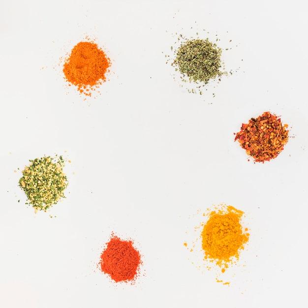 Verschillende aroma's op witte tafel Gratis Foto