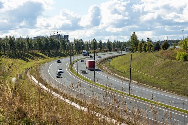 Verschillende auto's op de motorweg die naar de berg leidt, vlakbij goroda. Premium Foto