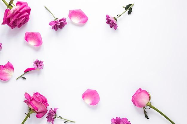 Verschillende bloemen verspreid op tafel Gratis Foto