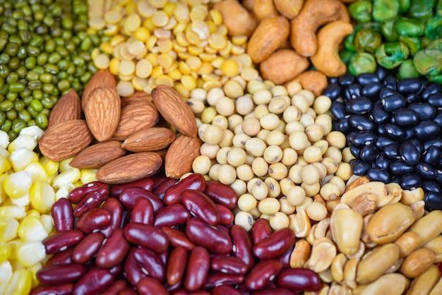Verschillende bonen mix erwten landbouw van natuurlijke gezonde voeding verschillende volle granen bonen en peulvruchten zaden linzen en noten Premium Foto