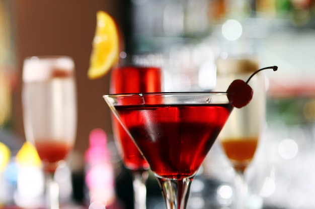 Verschillende cocktails op barpodium Gratis Foto