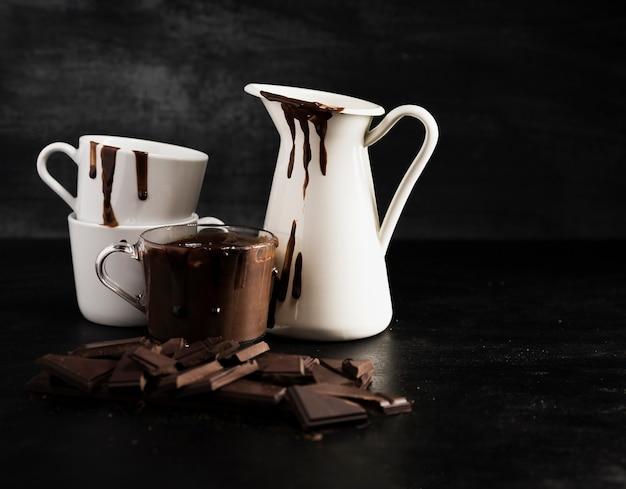 Verschillende containers gevuld met gesmolten chocolade Gratis Foto