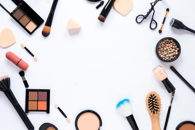Verschillende cosmetica met tools op tafel Gratis Foto