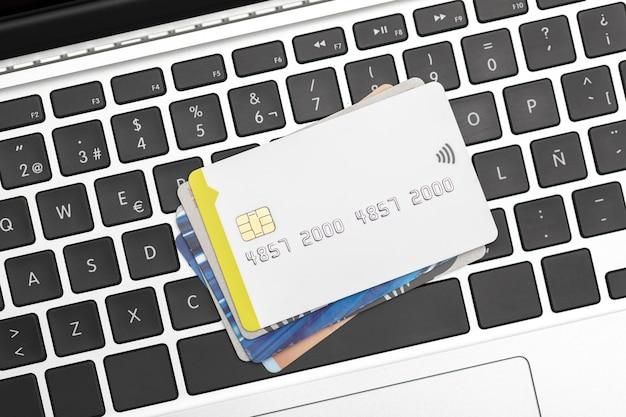 Verschillende creditcards op computertoetsenbord met exemplaarruimte. online winkelen. Premium Foto