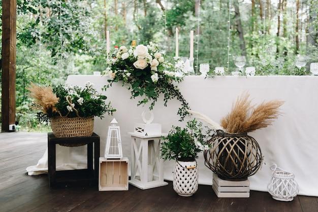 Verschillende decoritems op een trouwlocatie ingericht voor een stijlvol bohohuwelijk Premium Foto