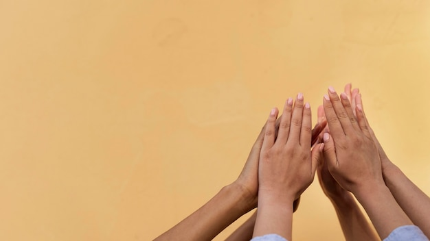 Verschillende etniciteiten high five Gratis Foto