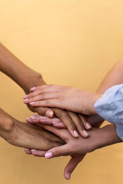 Verschillende etnische groepen meisjes hand in hand Gratis Foto