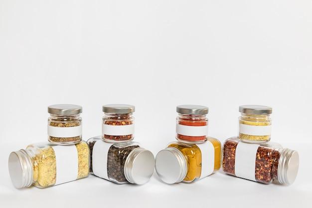 Verschillende formaten containers met kruiden Gratis Foto
