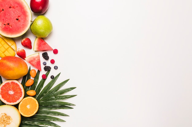 Verschillende gearrangeerde sappige vruchten Gratis Foto