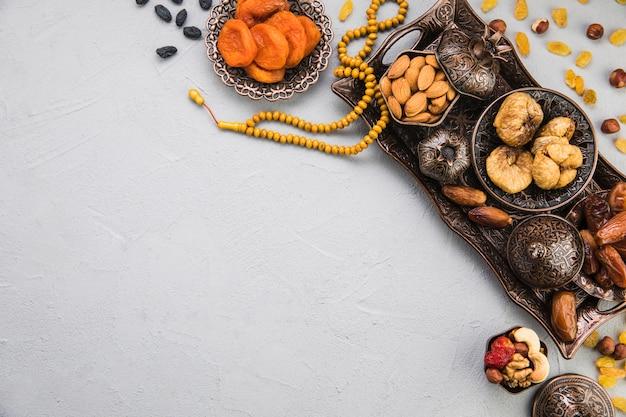 Verschillende gedroogde vruchten en noten op lade Premium Foto