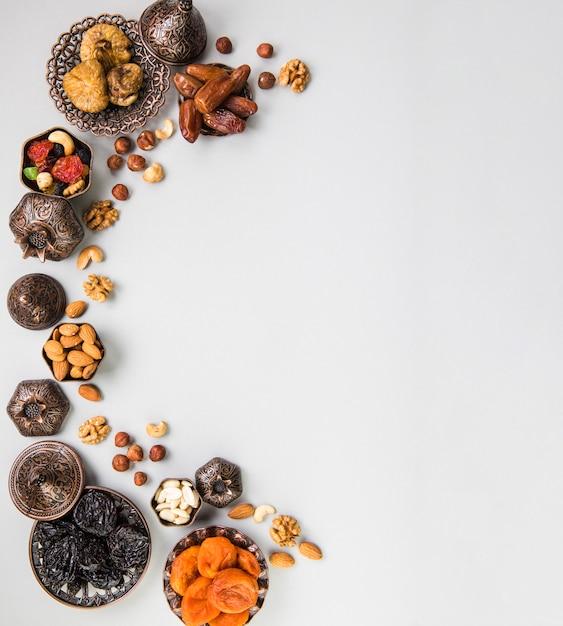 Verschillende gedroogde vruchten en noten op tafel Gratis Foto