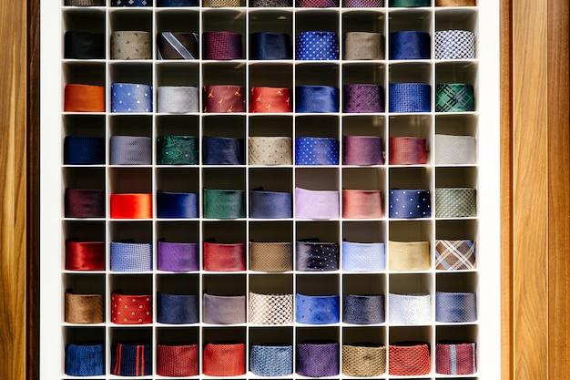 Verschillende gekleurde dassen netjes op een rij gevouwen Premium Foto