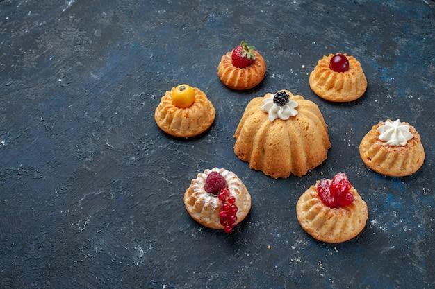 Verschillende heerlijke taarten met room en bessen op donkere vloer bessen fruit bakken cake koekje zoet Gratis Foto