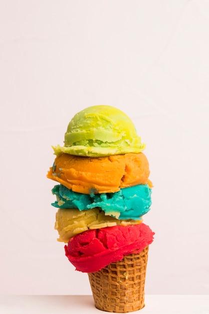 Verschillende ijs in suiker kegel Gratis Foto