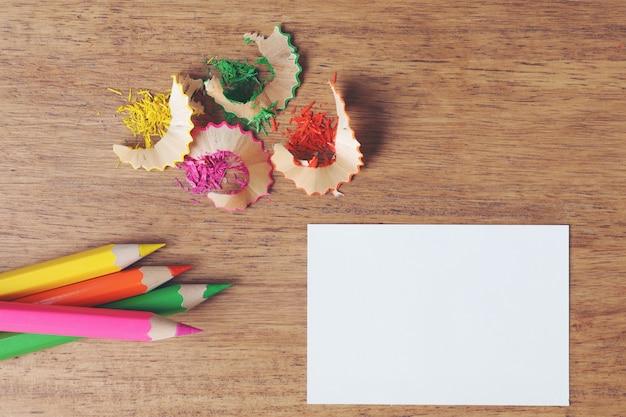 Verschillende kleurpotloden op houten tafel. Gratis Foto