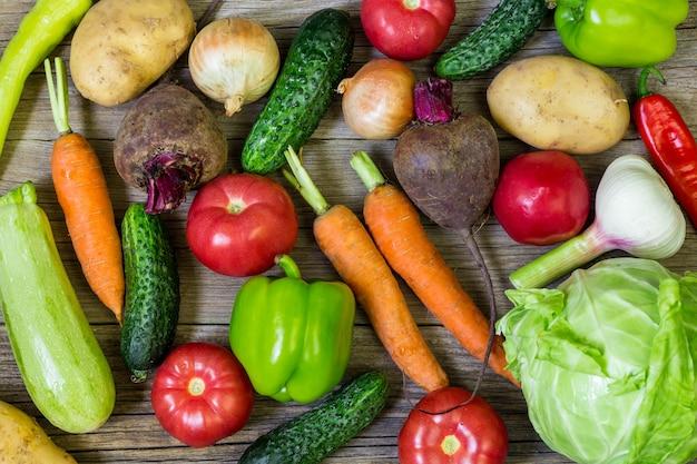 Verschillende kleurrijke groenten Premium Foto