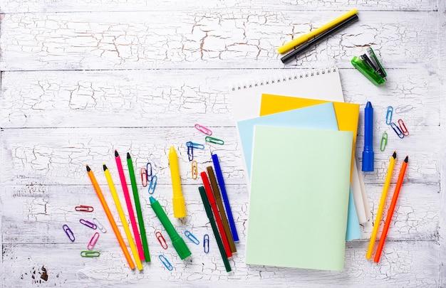 Verschillende kleurrijke kantoorbehoeften voor student Premium Foto