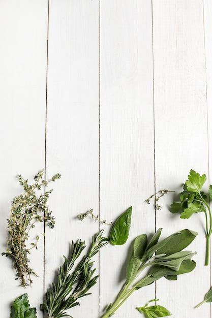 Verschillende kruiden in witte houten tafel, bovenaanzicht Gratis Foto