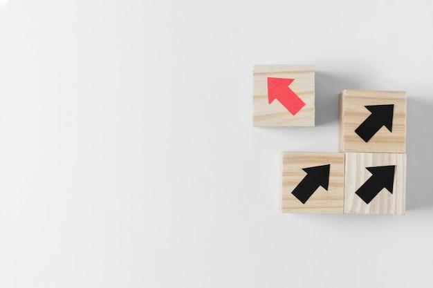 Verschillende kubus met rode pijl en kopie ruimte Gratis Foto
