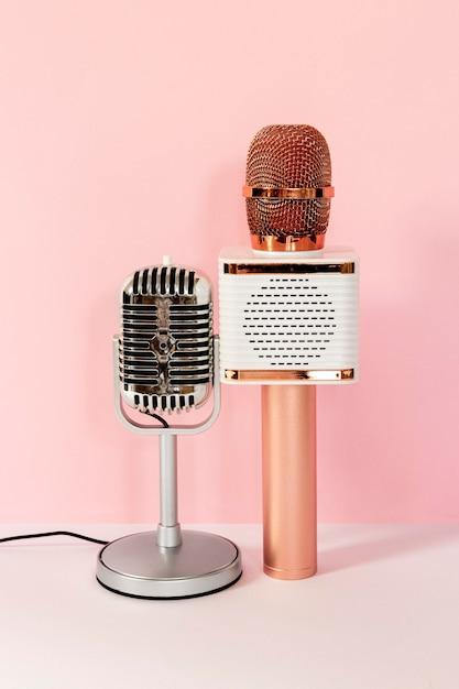 Verschillende microfoons met roze achtergrond Premium Foto