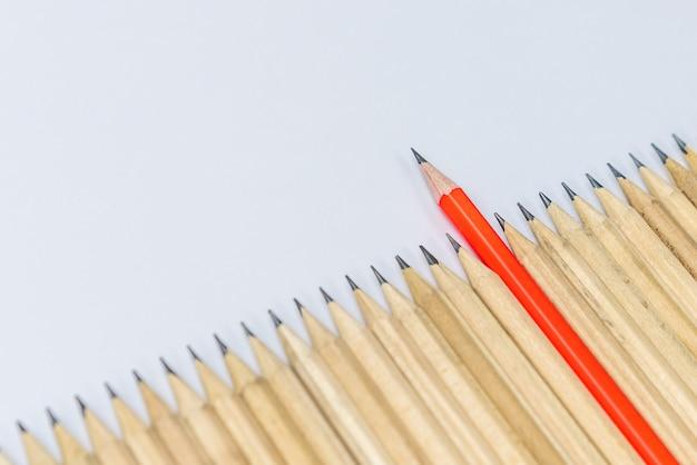 Verschillende opvallende potloden tonen leiderschap. Premium Foto